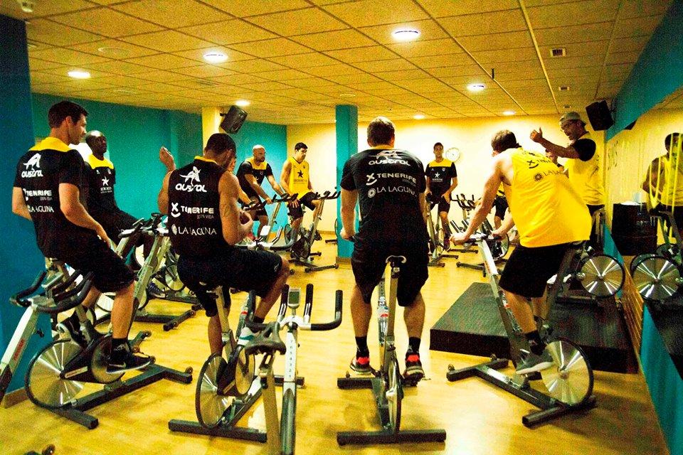 Los jugadores canaristas realizando una sesión de ciclismo indoor