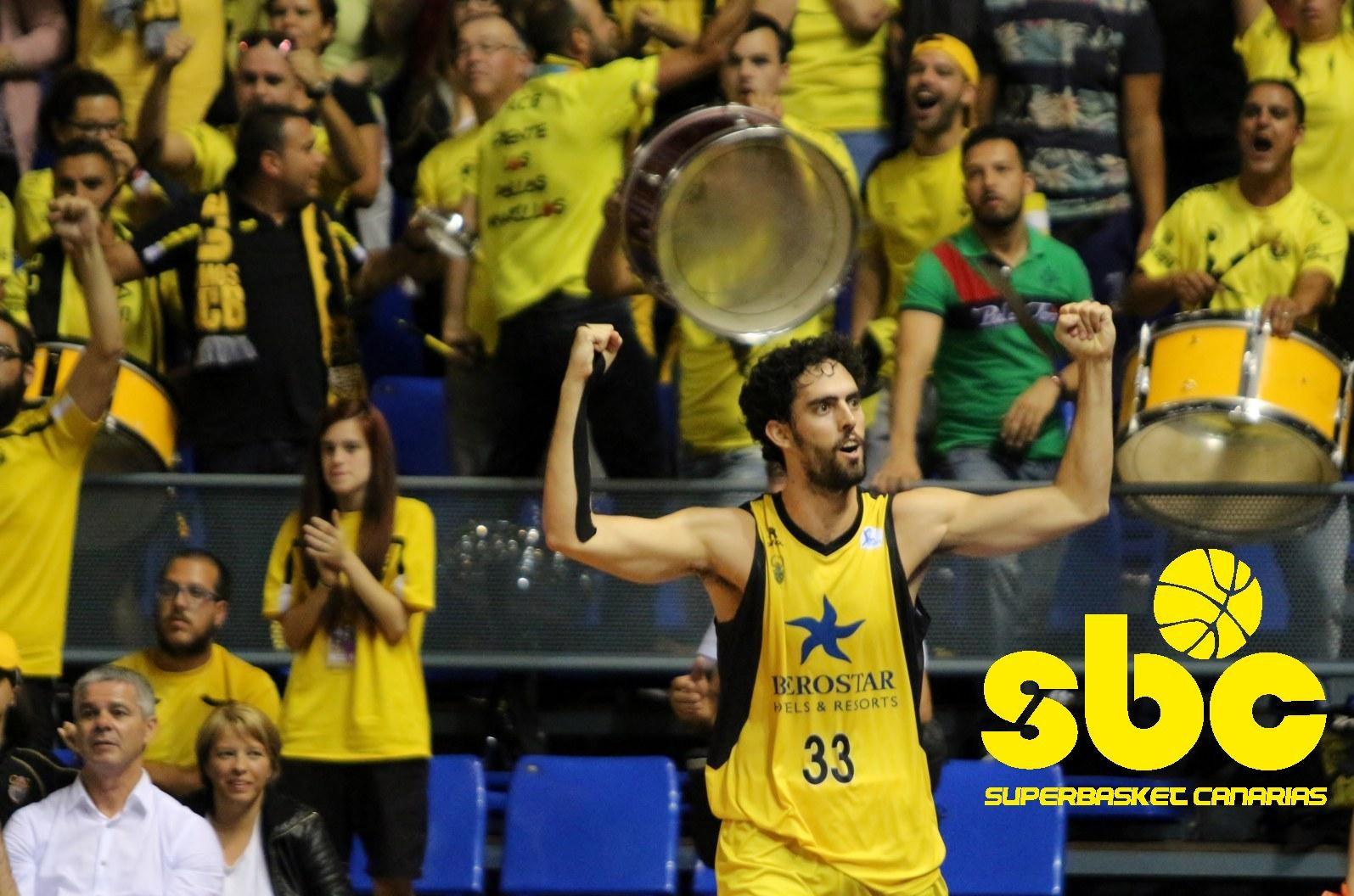 Beirán celebra una victoria delante de la Peña Frente Los Pollos Amarillos