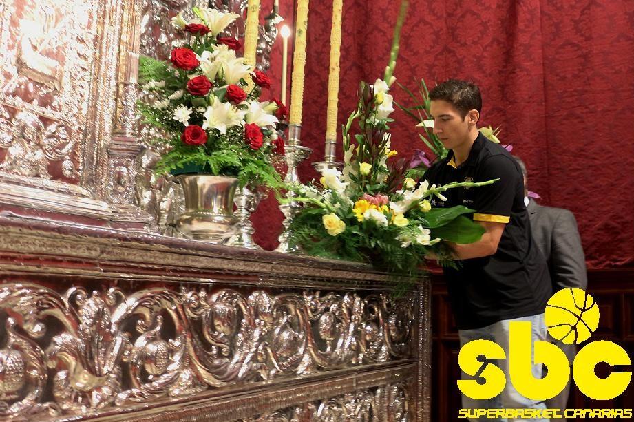 Nico Richotti realiza la ofrenda en nombre de todo del CB Canarias
