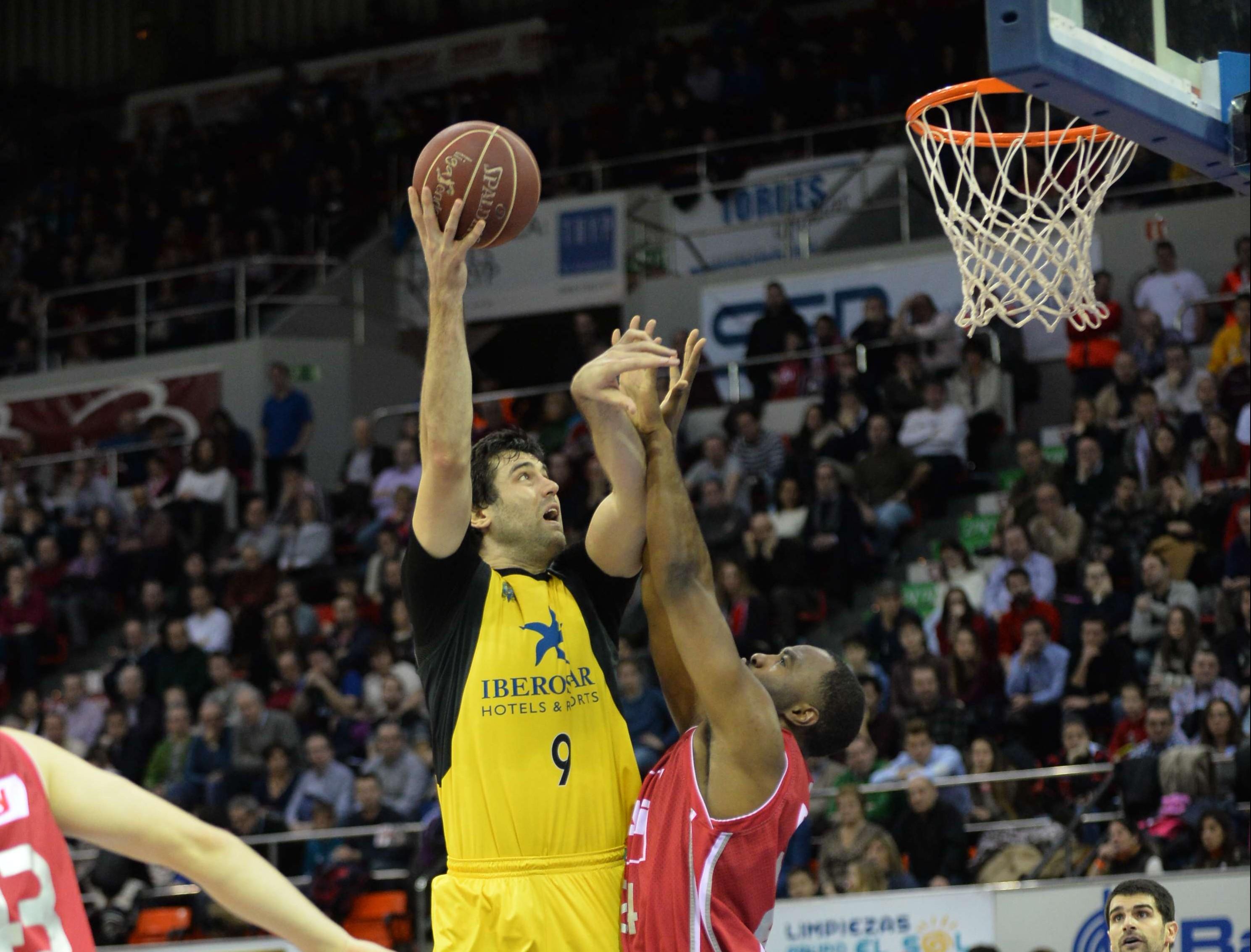 Sekulic intenta anotar en un Canarias-Zaragoza/ACB Photo
