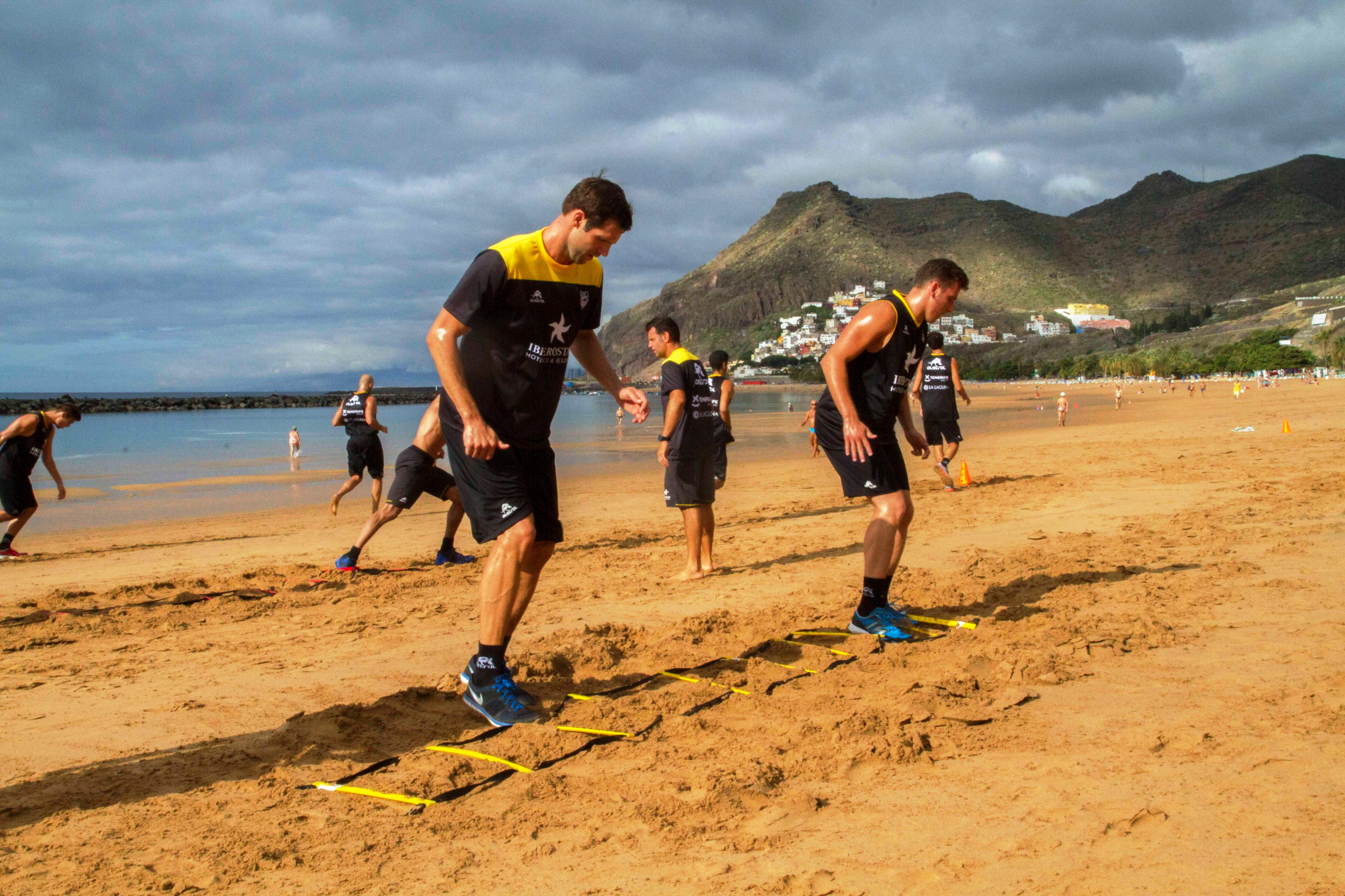 Los jugadores laguneros en la santacrucera Playa de las Teresitas