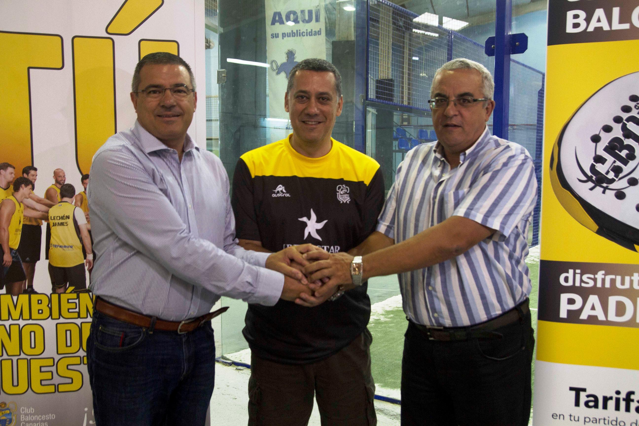 Alejandro Martínez (c), junto al presidente Félix Hernández (i) y el vicepresidente Santiago Cacho (d)