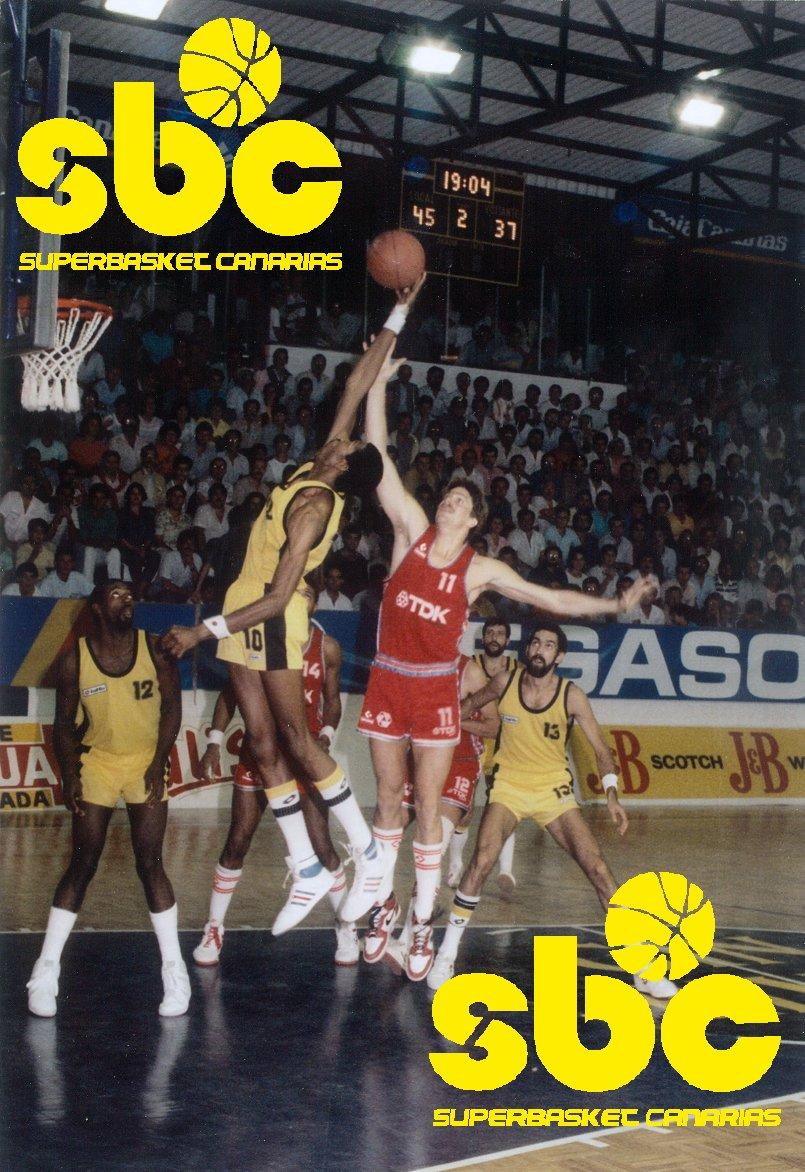 Mike Harper intenta capturar un rebote en un Canarias-Manresa de la temporada 1986-87