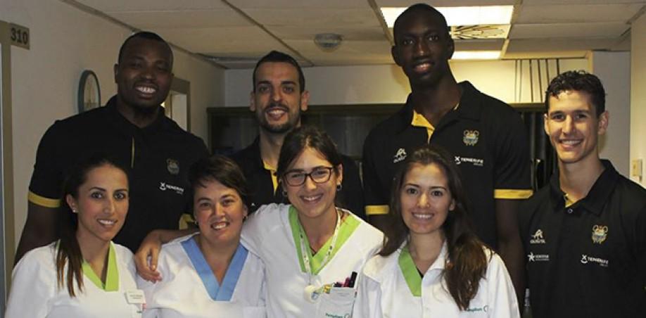 Varios jugadores aurinegros posan con el personal médico