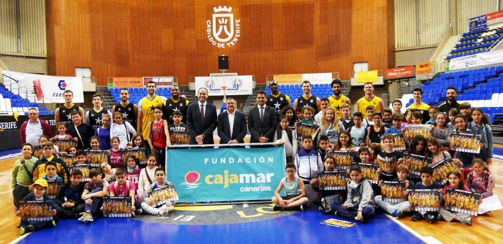 Félix Hernández, presidente canarista, junto a Sergio Pérez, director territorial de Cajamar Caja Rural en Canarias y Héctor Hernández, Jefe de Zona de Cajamar, con una de las visitas escolares realizadas esta semana al Santiago Martín.