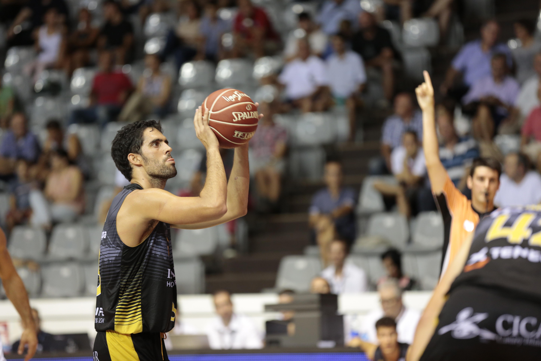 Javi Beirán lanza un tiro libre