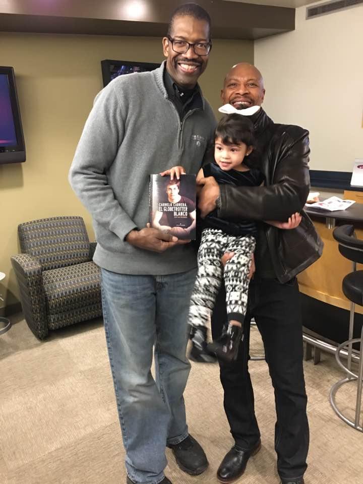 Harper, Valentine y la nieta de este, posan con la obra sobre la vida de Carmelo Cabrera