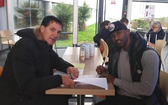 Piñero firma su contrato por el Pau Orthez / Photo Pau Orthez