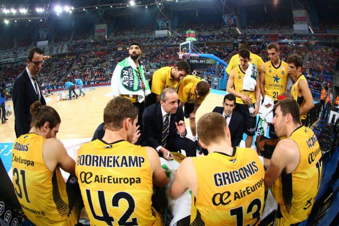 Vidorreta da órdenes a sus jugadores en un tiempo muerto / ACB Photo