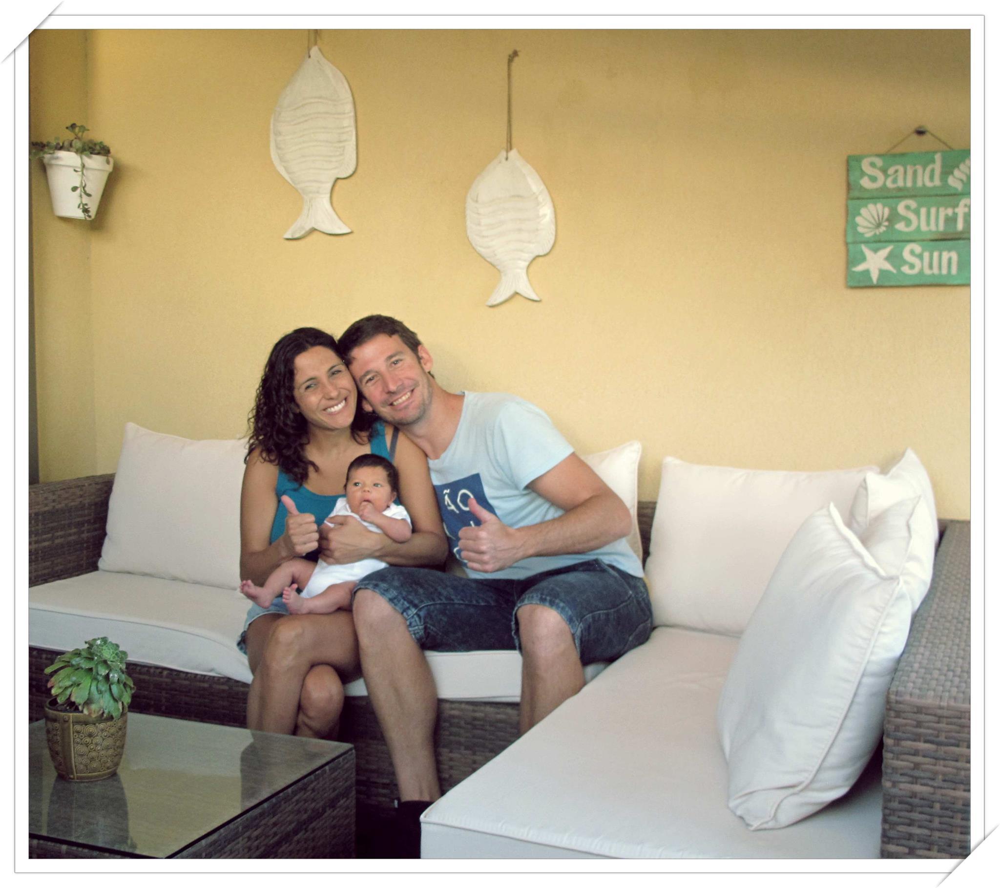 Mateo Cabrera Ahumada posa junto a sus felices padres, Xime y Carmelo / Cedida Familia Cabrera Ahumada