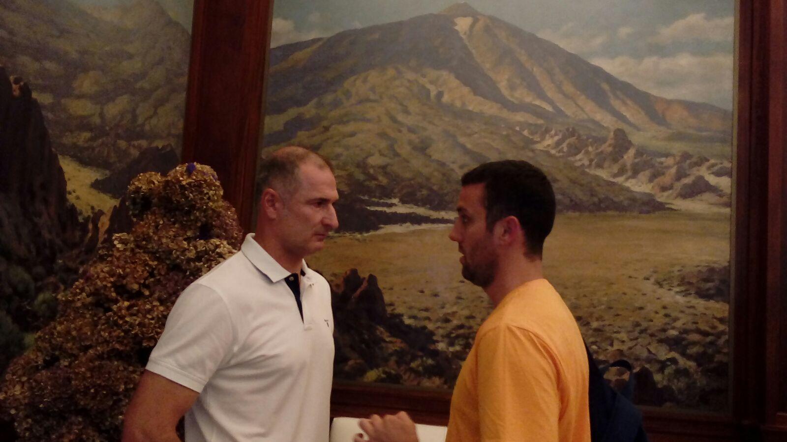 Markovic charla con Justo antes de su presentación / Fotos: Cedidas. Basket Insular