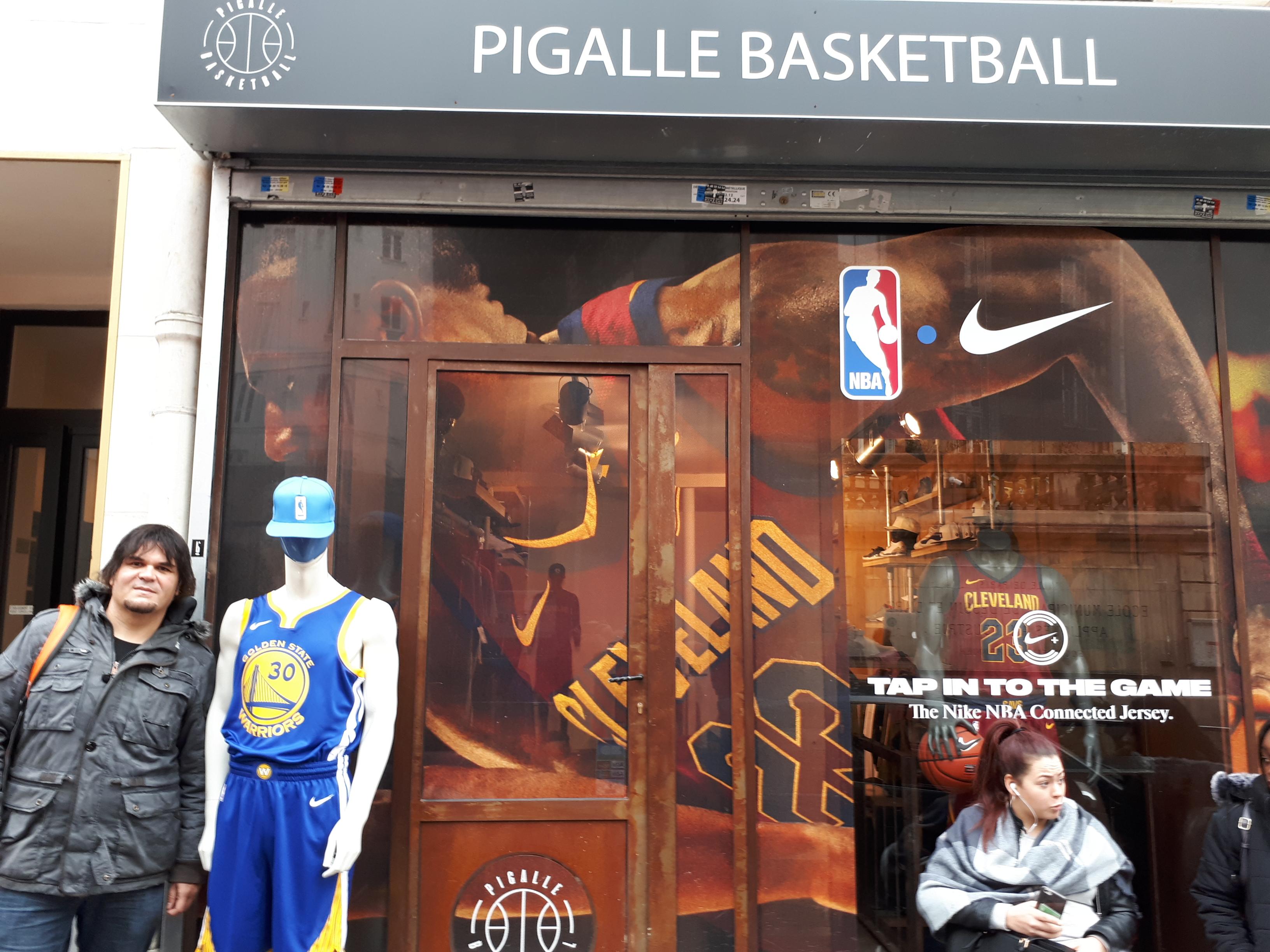 El autor de este reportaje, José Luis Hernández, posa delante de la tienda Pigalle Basketball, justo en frente de la cancha / Fotos: SuperBasket Canarias