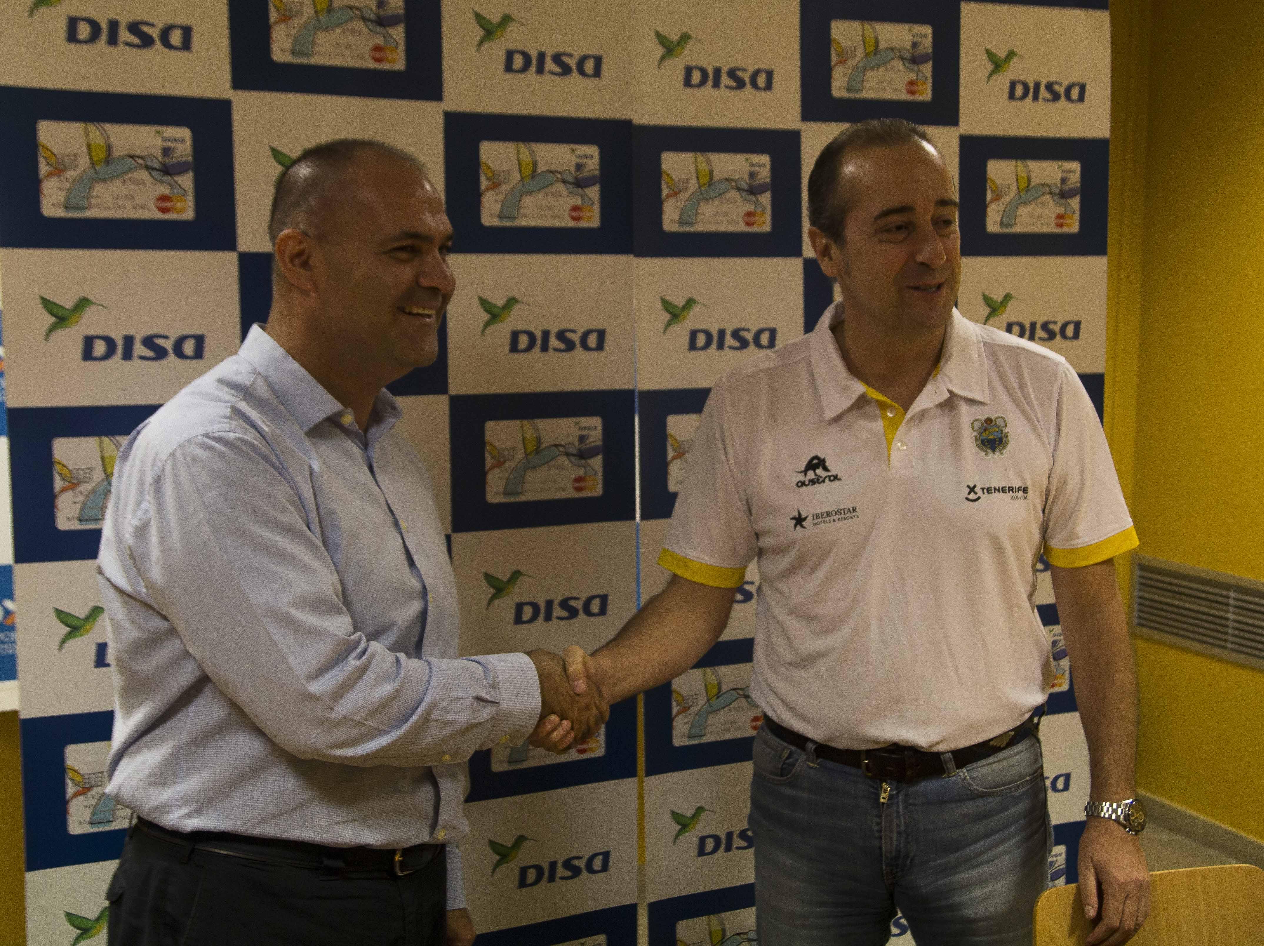 Aniano Cabrera (i) estrecha la mano al nuevo entrenador canarista